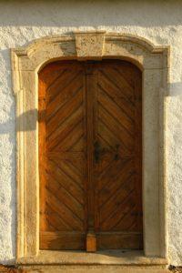 Barokowa zakrystia - wejście z portalem datowanym 1721