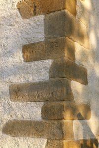 Jedna z dat na węgle kościelnego muru 1582