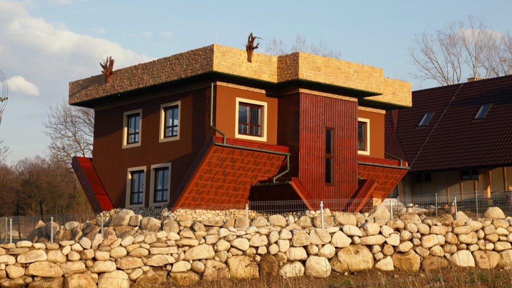 Chata na głowie w Miłkowie